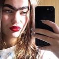 立派な一本眉を持つデンマークの女性(画像は『Sarah Marie Goldschmidt Clark 2019年9月22日付Instagram「Sunlight on my skin #unibrowmovement」』のスクリーンショット)