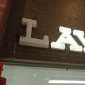 ツバメのために照明を消す「ローソン道後ハイカラ通店」の看板(2019年春撮影、吉本周作さん提供)