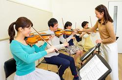 大人向けのバイオリン教室=ヤマハ音楽振興会提供