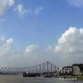 インド・ガンジス川の分流、フーグリー川に架かるハウラー橋(2010年7月9日撮影、資料写真)。(c)DESHAKALYAN CHOWDHURY / AFP