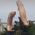 「富の象徴」として建てられた魚の彫像(画像は『The Sun 2020年9月18日付「FREE WILLY 'Penis-shaped' statues of leaping fish are torn down in Morocco after furious locals brand them 'pornographic'」(Credit: Facebook)」』のスクリーンショット)