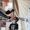 インド南東部ハイデラバードで、新型コロナウイルスの検査を受ける少年(2020年6月26日撮影)。(c)STR / AFP