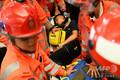 香港空港で、デモ隊から潜入警察官だとの疑いを掛けられ、負傷した男性を搬送する救急隊(2019年8月13日撮影)。(c)Manan VATSYAYANA / AFP