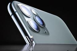 クックCEOの背景に映し出された3眼カメラ搭載の上位機種