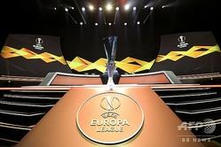 サッカーヨーロッパリーグ、グループステージ組み合わせ抽選会。台に置かれたトロフィー(2019年8月30日撮影)。(c)Valery HACHE / AFP