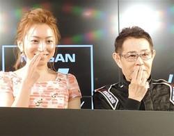 加藤茶と妻の綾菜(右)
