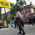 インドネシア・スマトラ島メダンの警察本部で、警備に当たる警察官(2019年11月13日撮影)。(c)AFP/ATAR