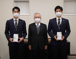 球団事務所で記念品授与式が行われた(球団提供)