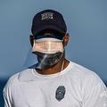 米フロリダ州マイアミのサウスビーチで、手製のプラスチックカバーを付けたマスクを着用するライフガード(2020年4月1日撮影)。(c)CHANDAN KHANNA / AFP