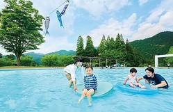 「遊水パレット」の水深は大人のスネ程度なので幼児も安心 / あまぎ水の文化村