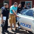 タイの観光地パタヤ郊外で、米俳優ジョージ・クルーニーさんになりすまして衣料品を販売していたとして逮捕されたイタリア人のフランチェスコ・ガルデリ容疑者(中央)。タイ国家警察提供(2019年6月15日撮影)。(c)CRIME SUPPRESSION DIVISION/ ROYAL THAI POLICE