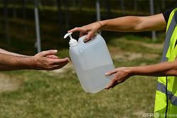 手指消毒液(2020年6月16日撮影、資料写真)。(c)BEN STANSALL / AFP