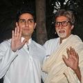 インド映画界ボリウッドの人気俳優アミターブ・バッチャンさん(右)と息子のアビシェークさん(2011年11月22日撮影)。(c)AFP