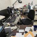 散らかった机の上