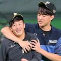 プロ初勝利から一夜明けセーブを挙げた石川直也(右)とふざける吉田輝星