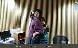 憧れのaikoとポーズをとる井口理(画像は『King Gnu井口理のオールナイトニッポン0 2020年2月21日付Twitter「かぶとむしー!!!!」』のスクリーンショット)