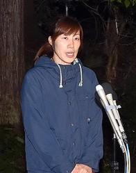 捜索打ち切りを受けて取材に応じる小倉美咲さんの母、とも子さん=6日夜、山梨県道志村(渡辺浩撮影)