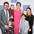 米ニューヨーク市でロバート・F・ケネディ人権賞の式典に出席した、孫娘のメーブ・ケネディ・マキーンさん(中央)、夫デービッドさん(左)、息子のギデオン君(右から2番目、2019年12月12日撮影)。(c)Mike PONT / GETTY IMAGES NORTH AMERICA / AFP