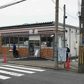 5月4日にオープンしたセブン-イレブン「(仮店舗)東大阪店」。プレハブ造りで、ふつうのセブンより少し小さめ