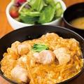 「焼とりの八兵衛 ソラリアプラザ店」の「九州産朝引き鶏の親子丼セット」(1490円)。濃厚な卵の味を感じられる