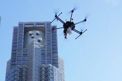 実証実験で都庁付近を飛ぶドローン