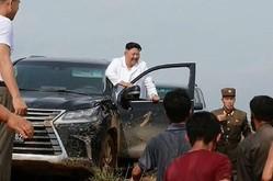 水害被災地にレクサスを運転して現れた金正恩氏(朝鮮中央テレビ)