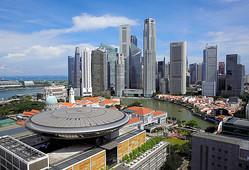 シンガポールの最高裁判所(手前)=2016年、ロイター