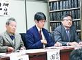 (写真)会見で訴える原告側の久保田和志弁護士(右)ら=25日、東京都千代田区