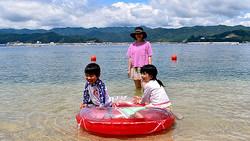 オランダ島の海開きを楽しむ家族連れ=2020年8月1日、岩手県山田町
