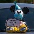 米カリフォルニア州アナハイムのディズニーランド・リゾート前で、営業再開に際してキャスト(従業員)の安全基準の強化を訴える労働組合員の車(2020年6月27日撮影)。(c)Apu GOMES / AFP