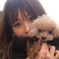 愛犬を抱く深田恭子(インスタグラムより)