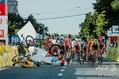 自転車ロードレース、ツール・ド・ポローニュ第1ステージでチーム・ユンボ・ビスマのディラン・フルーネヴェーヘン(左下)と衝突し、宙に浮くドゥクーニンク・クイックステップのファビオ・ヤコブセンのバイク(左上、2020年8月5日撮影)。(c)Szymon Gruchalski / Forum / AFP