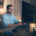 在宅勤務で長時間労働をする男性