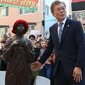 慰安婦像に献花する文在寅氏 YONHAP NEWS/AFLO
