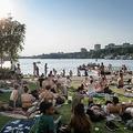 スウェーデン・ストックホルムのマラレン湖で楽しむ人々(2020年6月25日撮影)。(c)Stina STJERNKVIST / various sources / AFP
