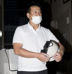 大阪府池田市の冨田裕樹市長。夜、事務所に戻った