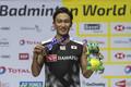 日本男子初の連覇を果たし、金メダルを手に笑顔の桃田(AP)