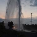 小田原で水道管破裂 10mの水柱