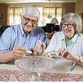 49年前のウエディングケーキを食べる夫婦(画像は『New York Post 2019年8月14日付「This couple has been eating their wedding cake for nearly 50 years」(Stephen Yang)』のスクリーンショット)