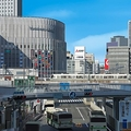 大阪・梅田の街を描いた絵 写真と見まごうリアルさ