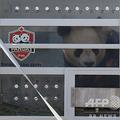 カナダ・トロントに到着したジャイアントパンダの大毛(ダマオ)の様子を見るスティーブン・ハーパー首相(当時)。首相府提供(2013年3月25日撮影、資料写真)。(c)AFP PHOTO / Prime Minister of Canada / Jason Ransom