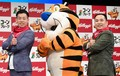 トニー・ザ・タイガーとサムアップのポーズ決めるミルクボーイの駒場孝(左)と内海崇(右)=東京・ヨシモト∞ホール(撮影・三好信也)