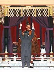 安倍首相の万歳三唱を受けられる天皇陛下(22日午後1時24分、皇居・宮殿「松の間」で)=代表撮影