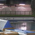 プールで女児が溺死 救命胴衣の浮力で遊具に押し付けられたか
