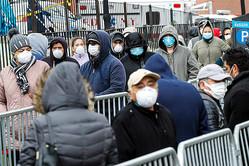 米ニューヨーク市の公立病院「エルムハースト・ホスピタル・センター」では25日、マスク姿の患者らが長蛇の列をなしていた=AP