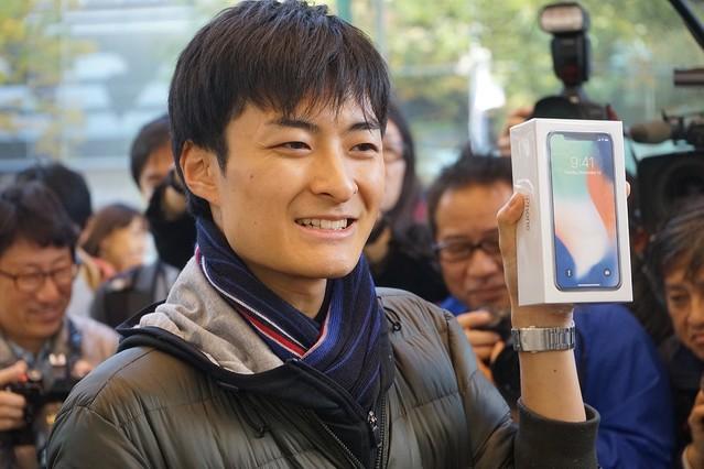 iPhone X本日発売。Apple表参道の行列は『1駅分』、先頭の大学生「まず休みたい」