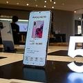 2020年6月6日、中国・上海のサムスン5G旗艦店でサムスンの5Gスマホを体験する人たち。