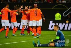 サッカー欧州選手権予選、グループC、ドイツ対オランダ。ドイツのGKマヌエル・ノイアー(右)が落胆する中、ゴールを喜ぶオランダの選手(2019年9月6日撮影)。(c)PATRIK STOLLARZ / AFP
