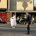 花嫁の後ろでは救急隊の治療を受ける男性の姿が(画像は『Marion County Sheriff's Office 2021年3月30日付Facebook「MCSO WEDDING PARTY TO THE RESCUE」』のスクリーンショット)