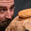 1995年に購入したとされるマクドナルドのハンバーガーを見るケイシー・ディーンさん。オーストラリア・メルボルンで(2019年11月7日撮影)。(c)William WEST / AFP